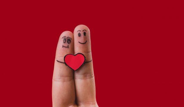 dita-con-facce-disegnate-e-un-cuore-in-mezzo_23-2147596670