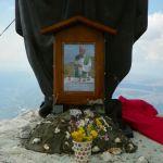 La foto ricordo di P. Gallorini ai piedi della statua della Madonna sul Morrone