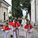 La processione dei fedeli arriva al cimitero, seguendo la croce