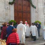 Il Vescovo sta per aprire la porta della Misericordia