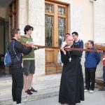 Il vescovo porta per primo la croce durante il pellegrinaggio