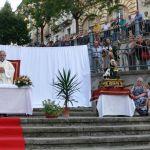 L'altare preparato per l'occasione, e la statua del santo