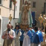 Don Oliviero guida la processione in Anversa
