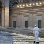 Francesco solo, in una piazza traboccante di spiritualità