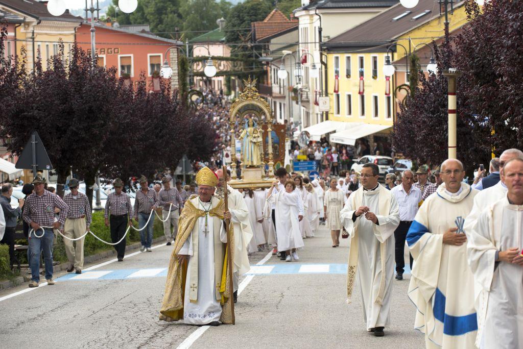 Il Vescovo in processione con noi