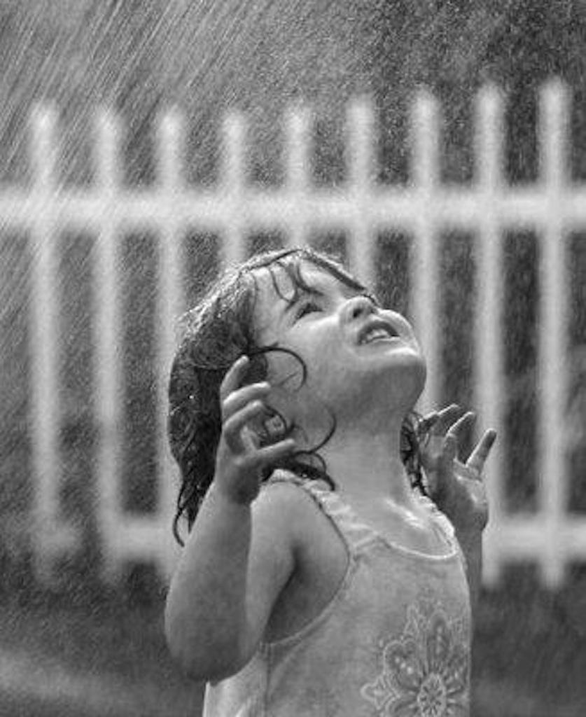 bimba-sotto-la-pioggia