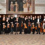Il solista e direttore M° Giuliano Carmignola con l'orchestra e con il dott.Nordio, socio del GdAV e conduttore della serata